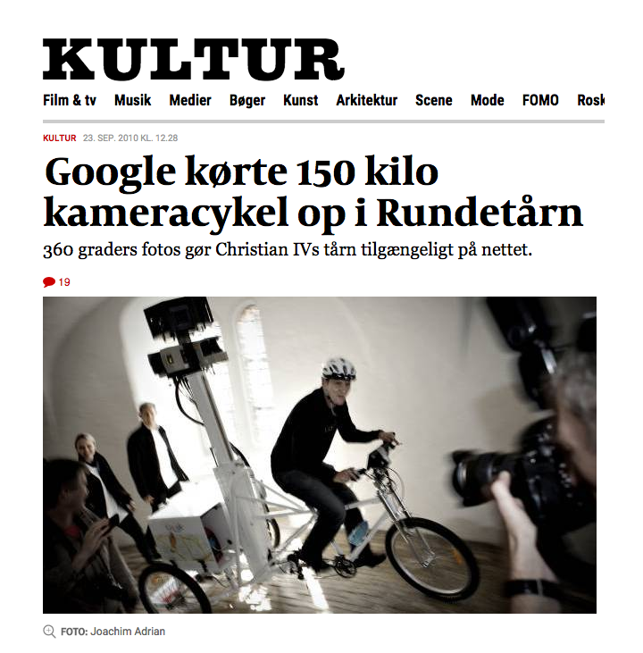 "Artikel i Politiken Kultur med overskriften ""Google kørte 150 kilo kameracykel op i Rundetårn."""